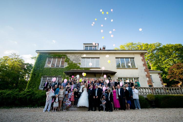 photo de groupe des invités du mariage devant le domaine de la nacelle