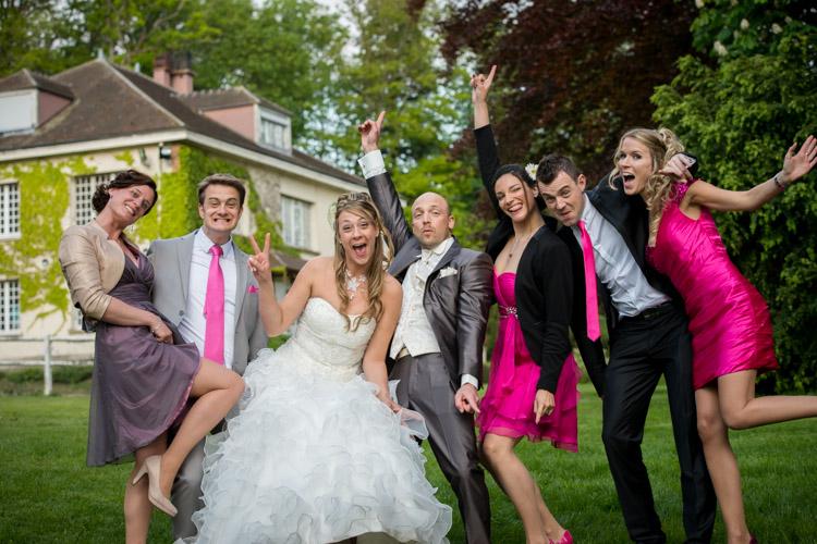 photo des mariés et des témoins devant le domaine de la nacelle