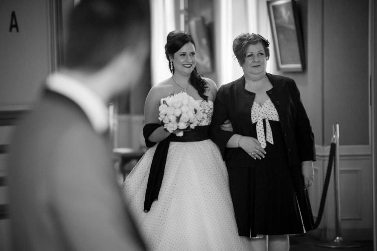 entrée de la mariée dans la salle de cérémonie civile