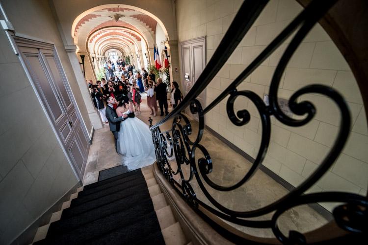 mariés dans les couloirs de la mairie de lagny sur marne