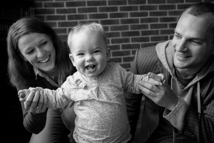 petit bébé avec ses parents