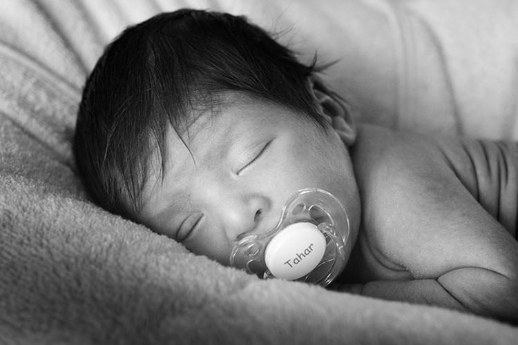 photo de bébé noir et blanc