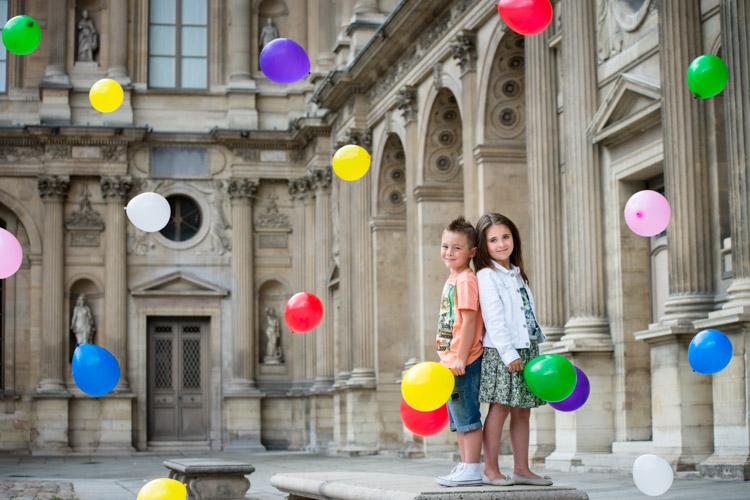 jeter de ballons colorés avec les enfants