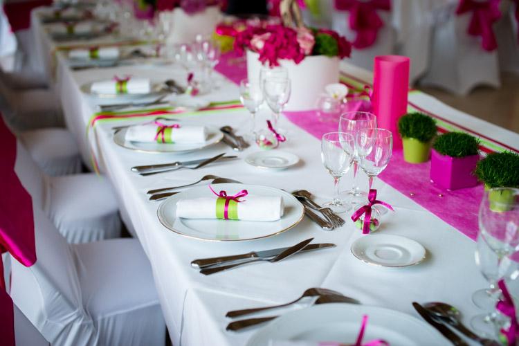 vaisselle posée sur la table des mariés