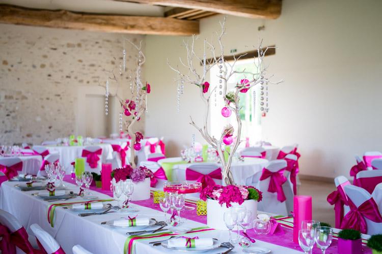 table des mariés décorée en rose avec des arbres