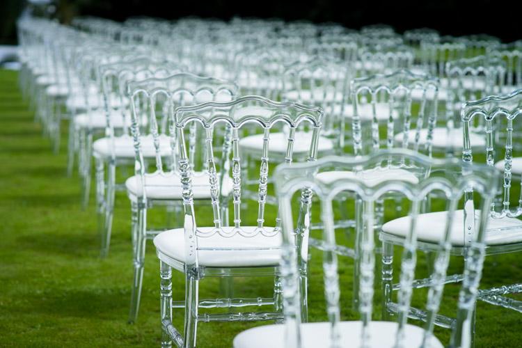 Chaises transparentes pour la cérémonie laïque