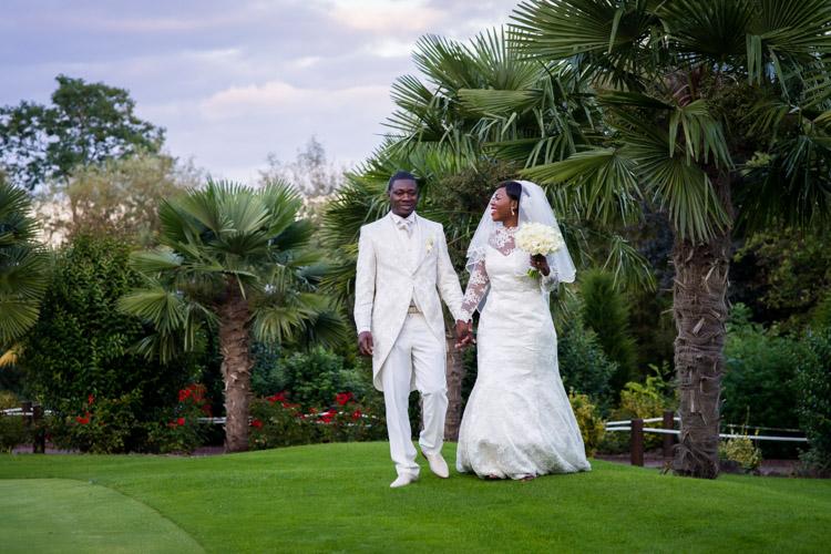 séance photo des mariés dans le golf