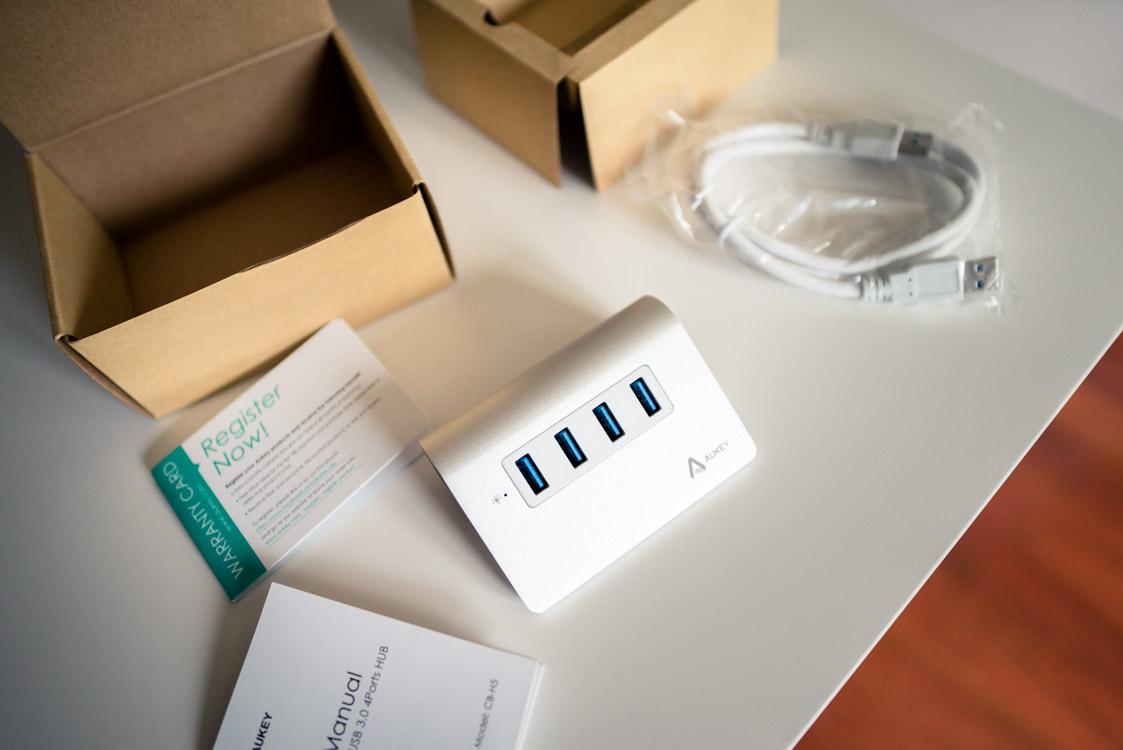 le hub USB, 1 câble, la notice d'utilisation et le formulaire d'enregistrement