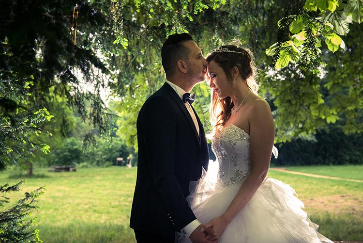 flash en contre-jour et pose des mariés sous les arbres