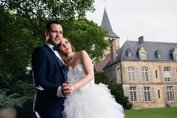 pose des mariés devant le château du parc