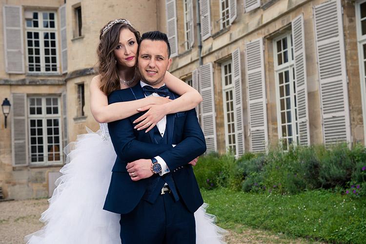 les mariés devant le château du parc du vexin