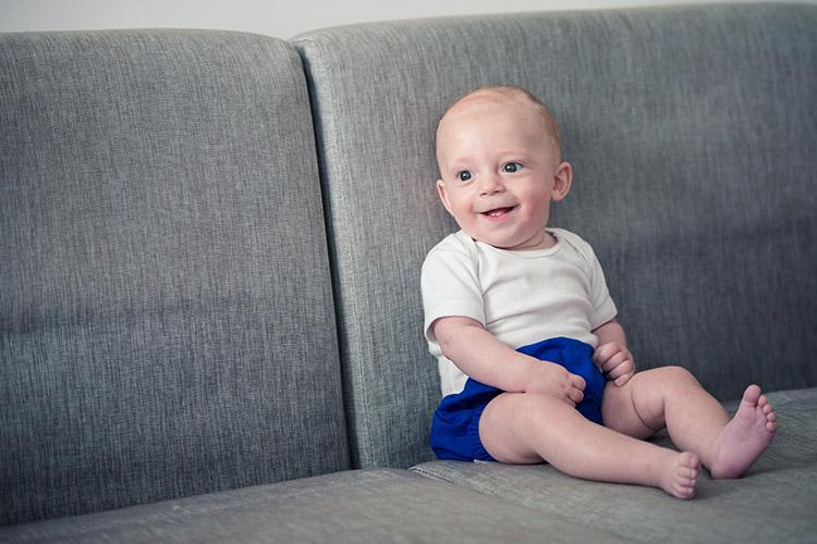 bébé sur son canapé