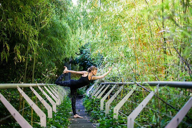 pose debout dans les allées du jardin bambou