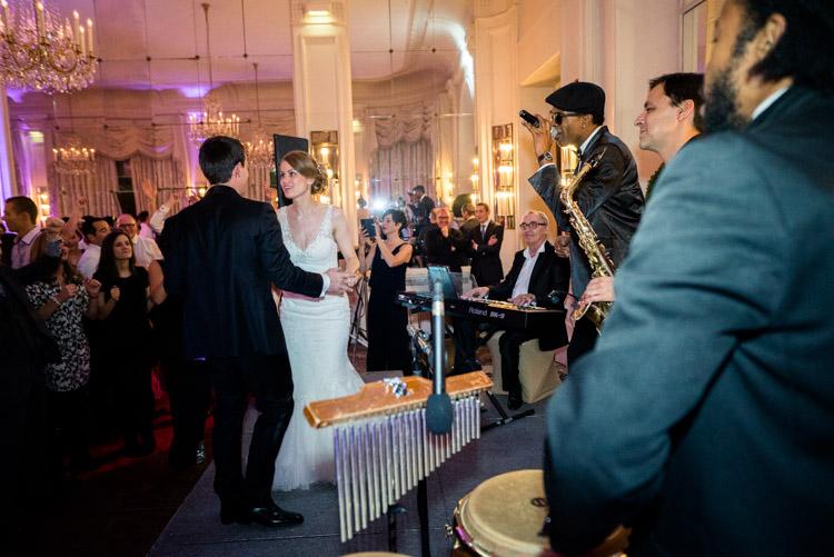 Mariés sur la scène de musique