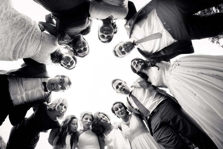 photo rigolote avec les mariés et les invités