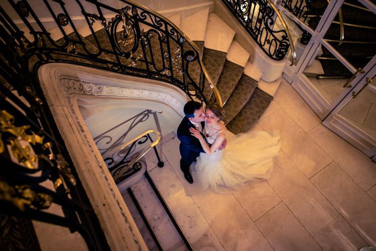 Photo de mariage dans le hall d'accueil du Pré Catelan