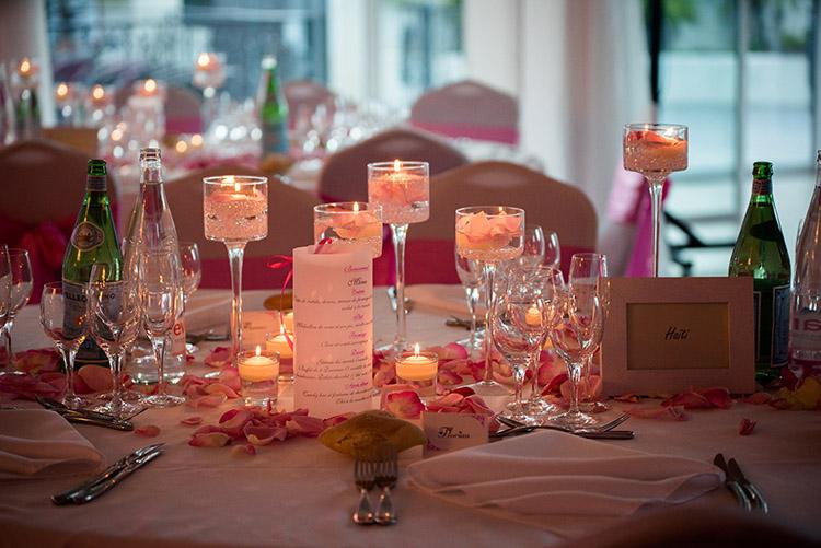illumination des bougies sur la tables de réception