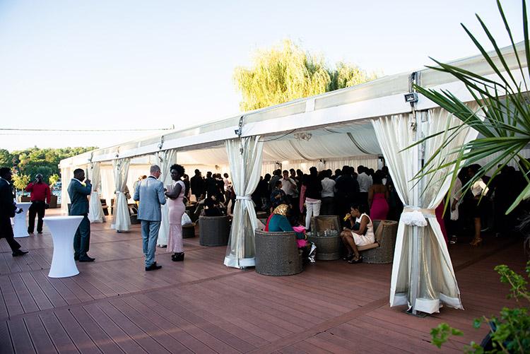 terrasse du cocktail pouvant accueillir les invités du mariage
