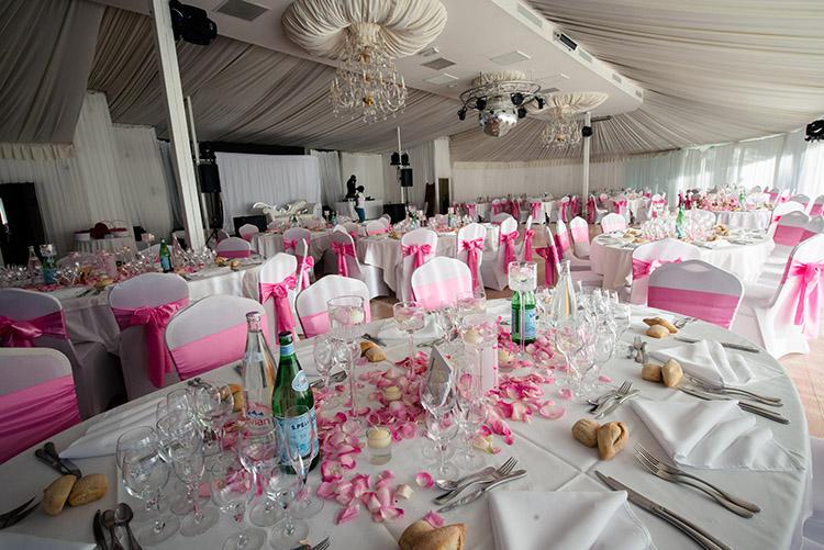grande salle de mariage en thématique blanc et rose
