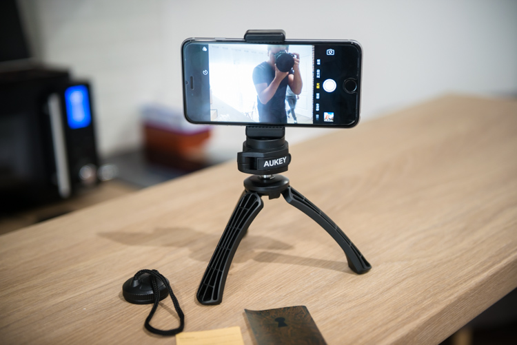 smartphone attaché au trépied