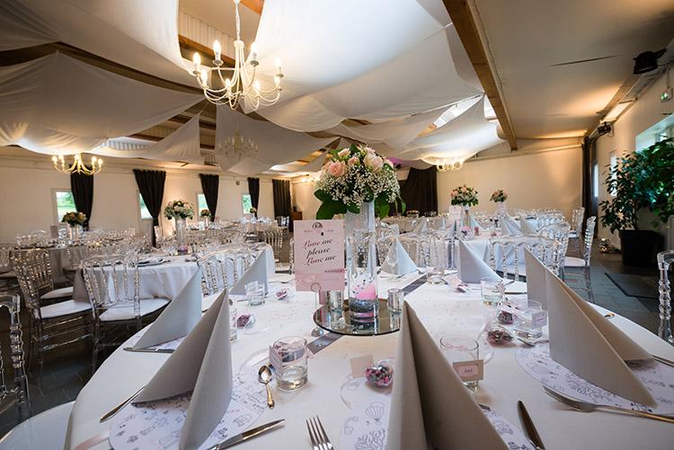 une belle salle tout de blanc et rose