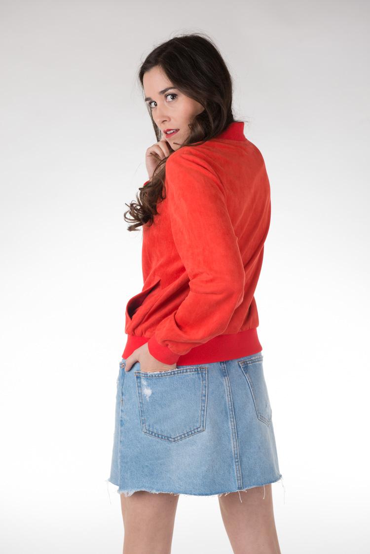 haut rouge avec jupe en jean