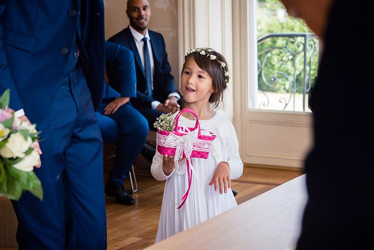 la nièce des mariés apporte les alliances