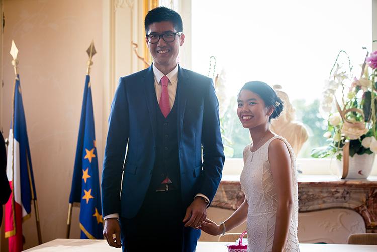 les mariés se tournent vers leurs invités
