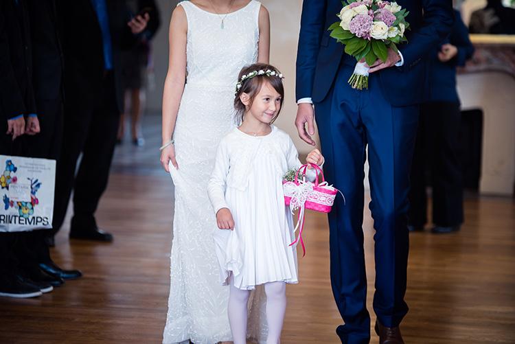 arrivée de la nièce avec les mariés dans la salle de mariage