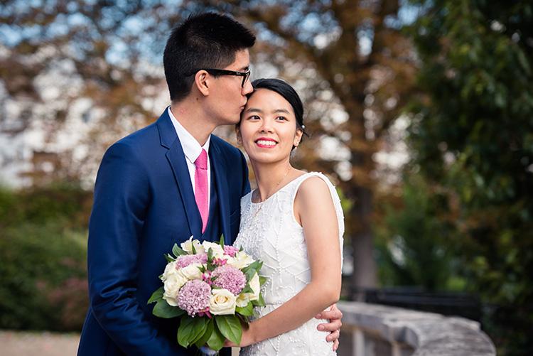 séance photo des mariés dans le parc de la mairie d'épinay sur seine