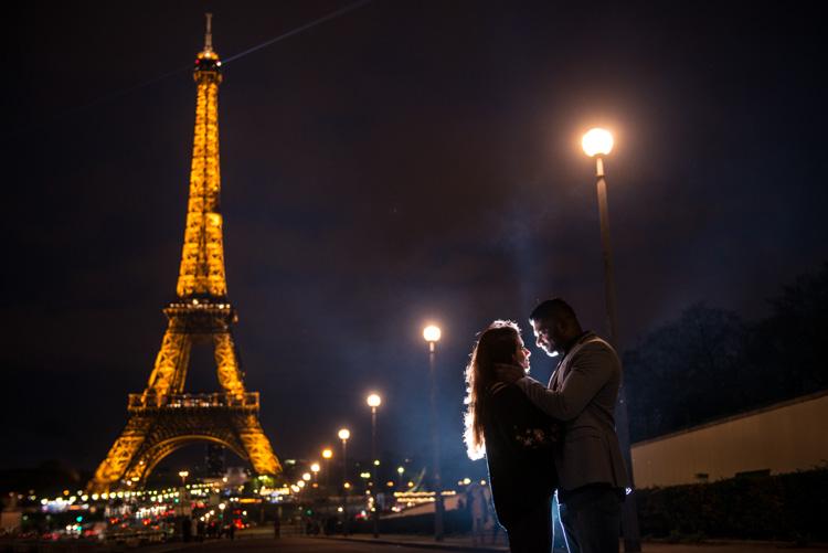photoshoot couple amoureux Tour Eiffel