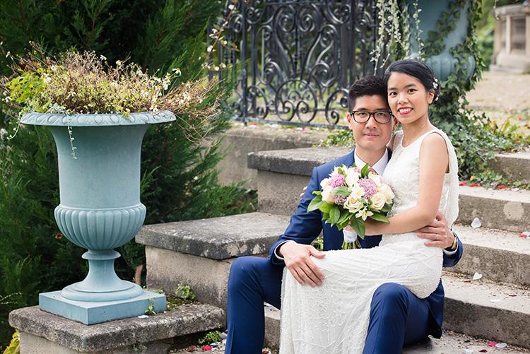 shooting photo des mariés sur les marches du parc de la mairie d'épinay-sur-seine