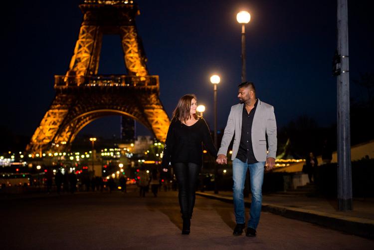 couple qui marche à la Tour Eiffel